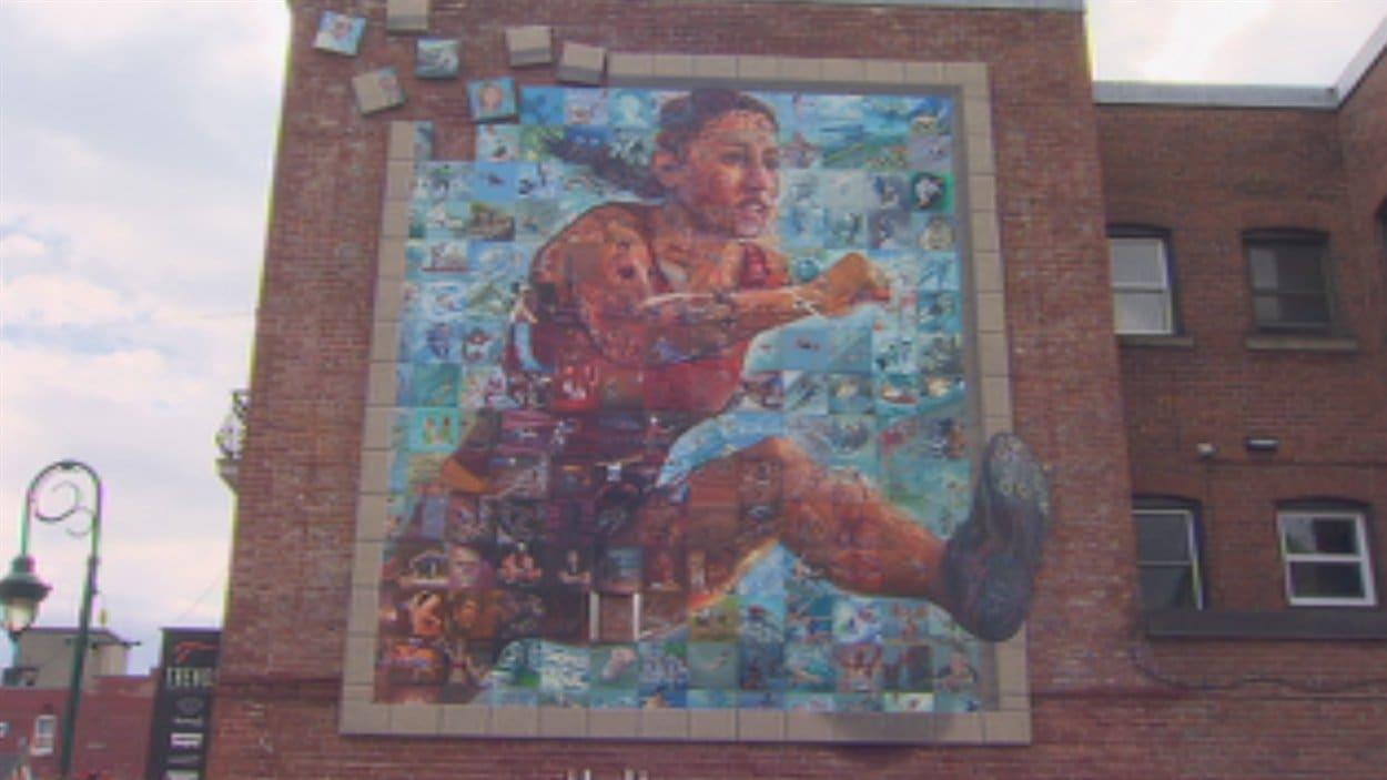 La grande murale, réalisée pour les Jeux du Canada, a été installée, rue Wellington Sud