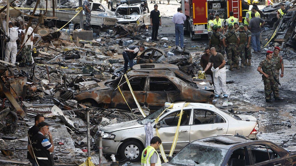 Des soldats et policiers libanais sur le site de l'explosion qui a eu lieu jeudi