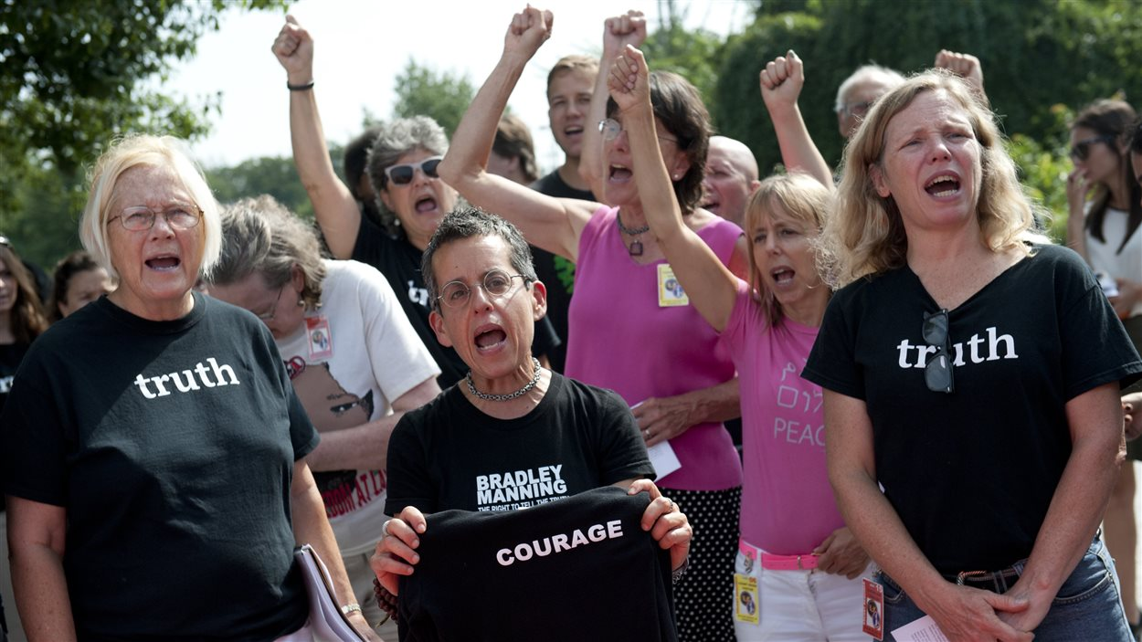 Quelques partisans de Bradley Manning ont manifesté devant le tribunal militaire.