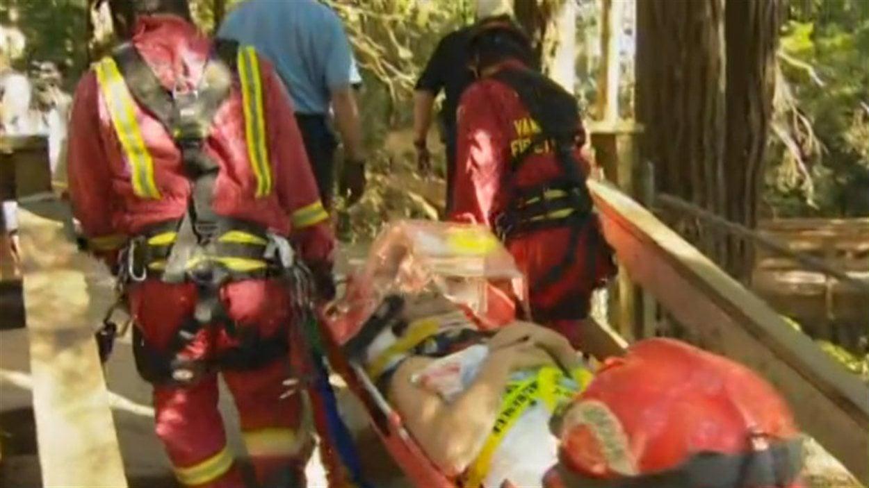 Les pompiers sauvent un homme qui fait un plongeon de 40 mètres près du pont suspendu du parc Lynn Canyon au nord de Vancouver.