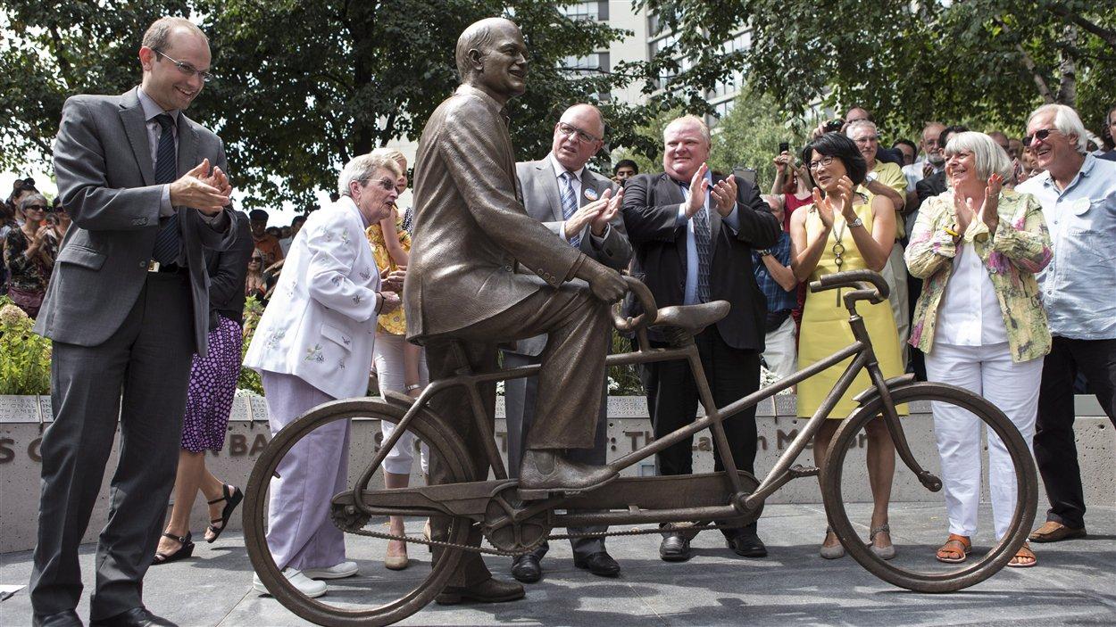 La statue de Jack Layton réalisée par l'artiste David Pelletier de Toronto.