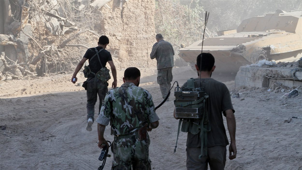 Des soldats syriens dans le quartier de Djobar, site de l'attaque chimique présumée