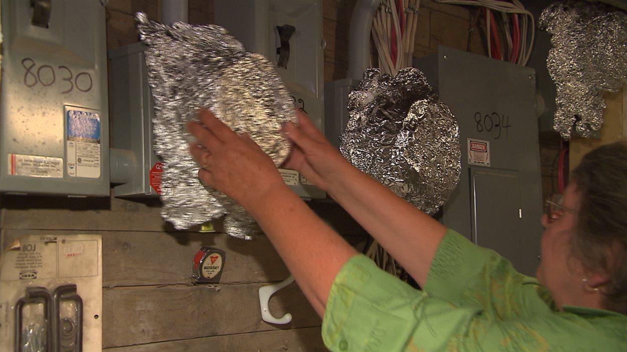 Claire Maltais a mis du papier d'aluminium sur ses nouveaux compteurs.