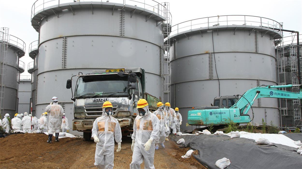 Des  experts sur le site de la centrale nucléaire Fukushima Dai-ichi le  23 août 2013