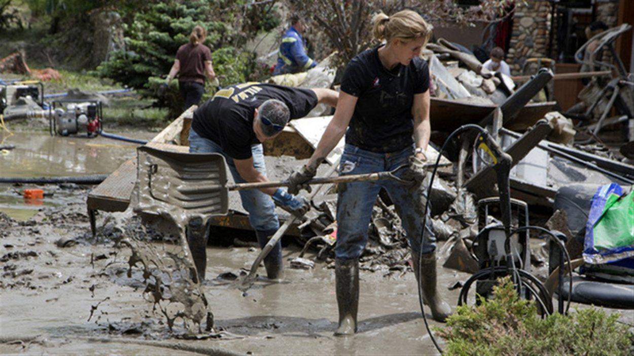 Nettoyage de dégâts des inondations dans le sud de l'Alberta