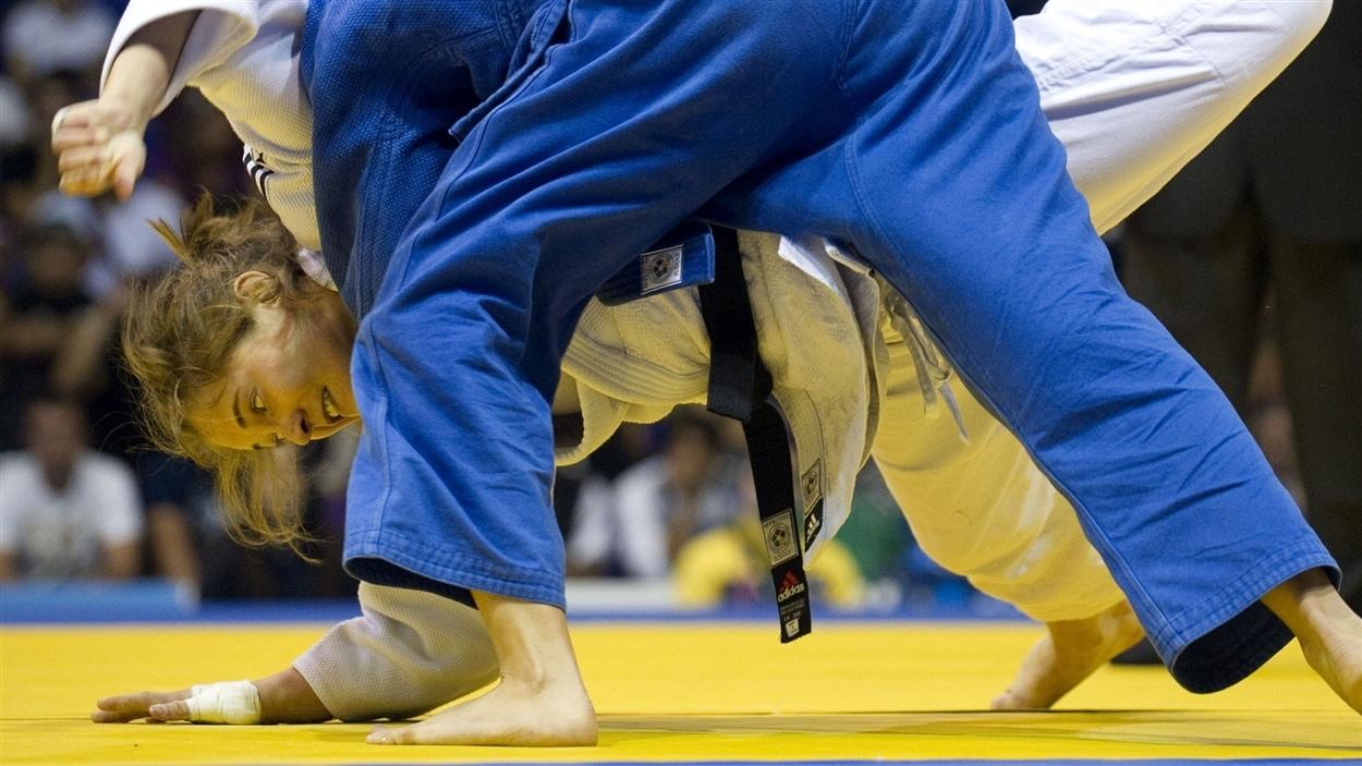 La judoka Stéfanie Tremblay (en blanc)