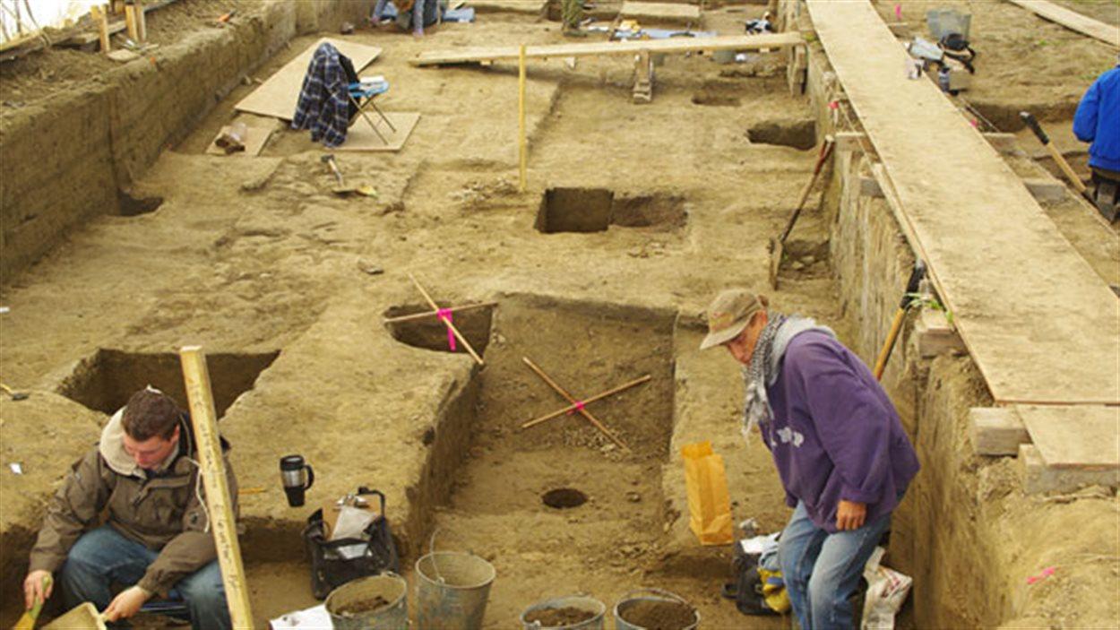 Des archéologues travaillant, en 2008, sur le site de construction du Musée canadien pour les droits de la personne.