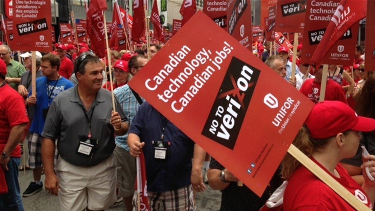 Des centaines de travailleurs manifestent à Toronto contre l'implantation de Verizon au Canada.