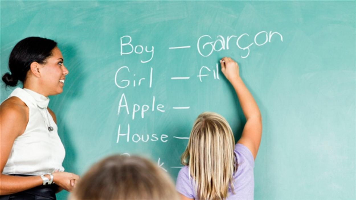 Une jeune fille apprend le français