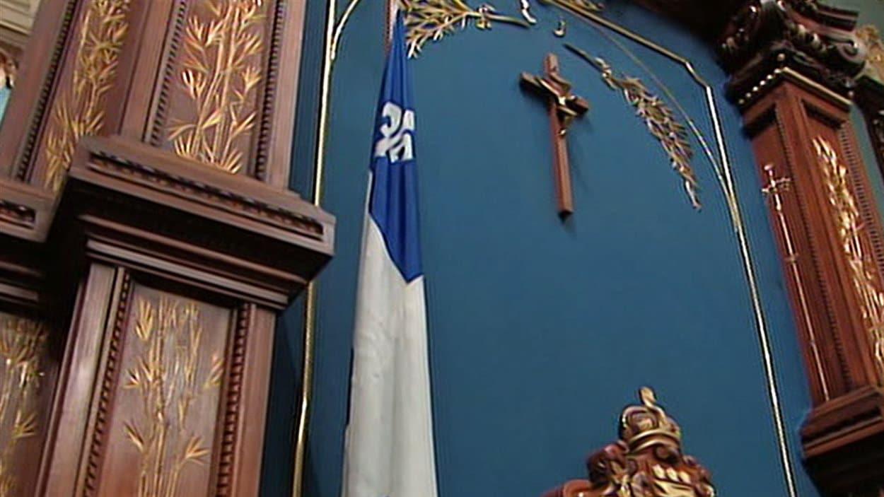 Le crucifix qui trône au-dessus du siège du président de l'Assemblée nationale