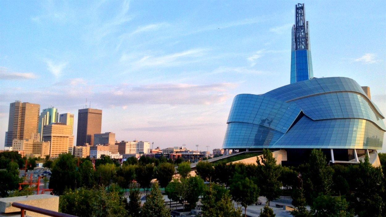 Le centre-ville de Winnipeg et le Musée canadien pour les droits de la personne, à droite, le 6 septembre 2013.