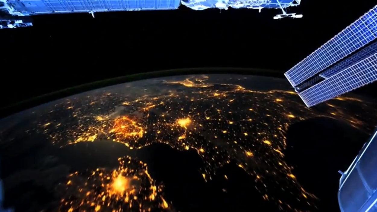 L'énorme consommation énergétique des humains ne fait aucun doute lorsque les astronautes de la Station spatiale internationale observent la Terre durant la nuit.