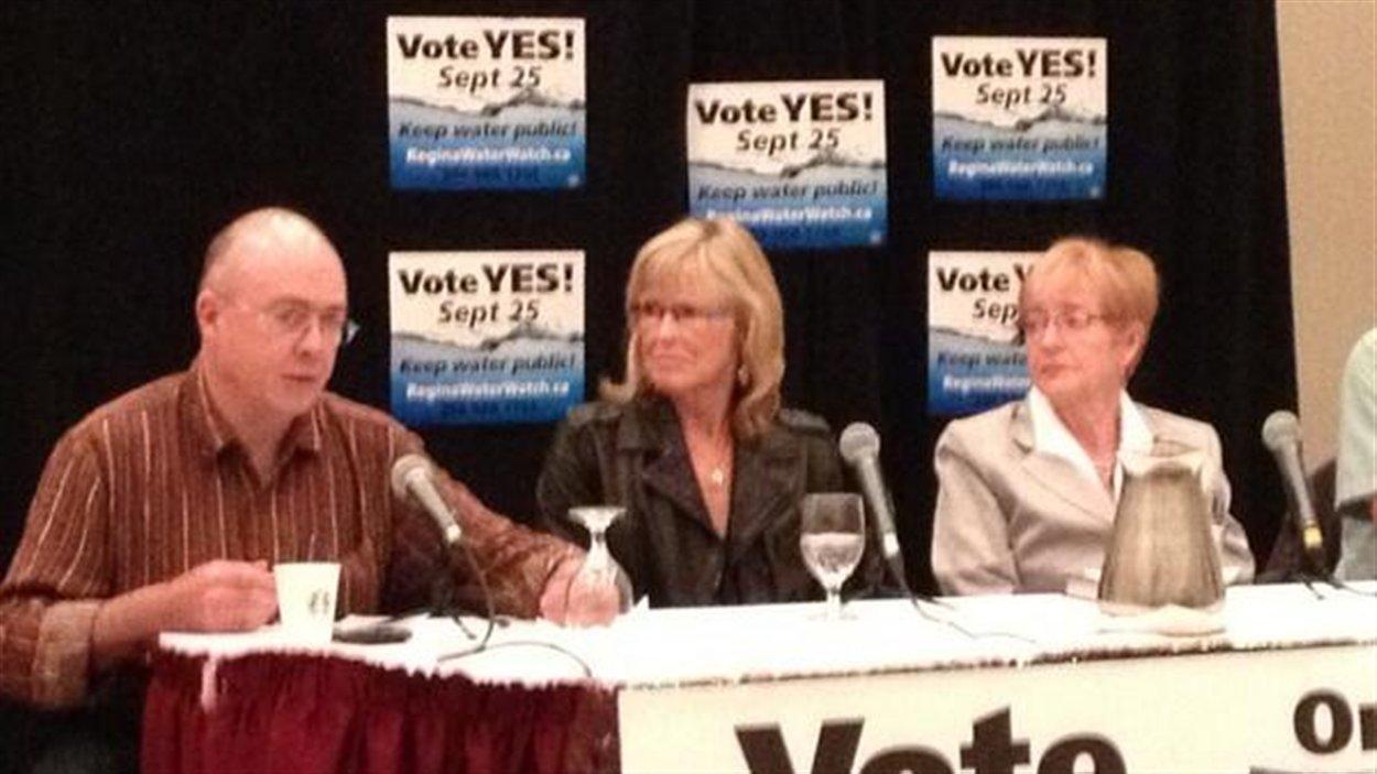 Trois experts invités par le groupe Regina Water Watch expliquent lors d'un forum les inconvénients d'un PPP.