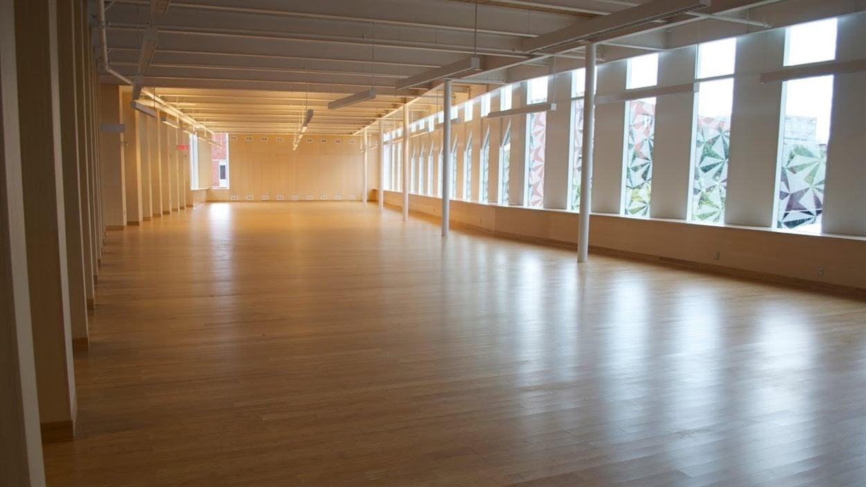 L'une des deux salles en forme de coffre et des losanges sur les vitres. Celle-ci à l'étage servira pour la collection adulte