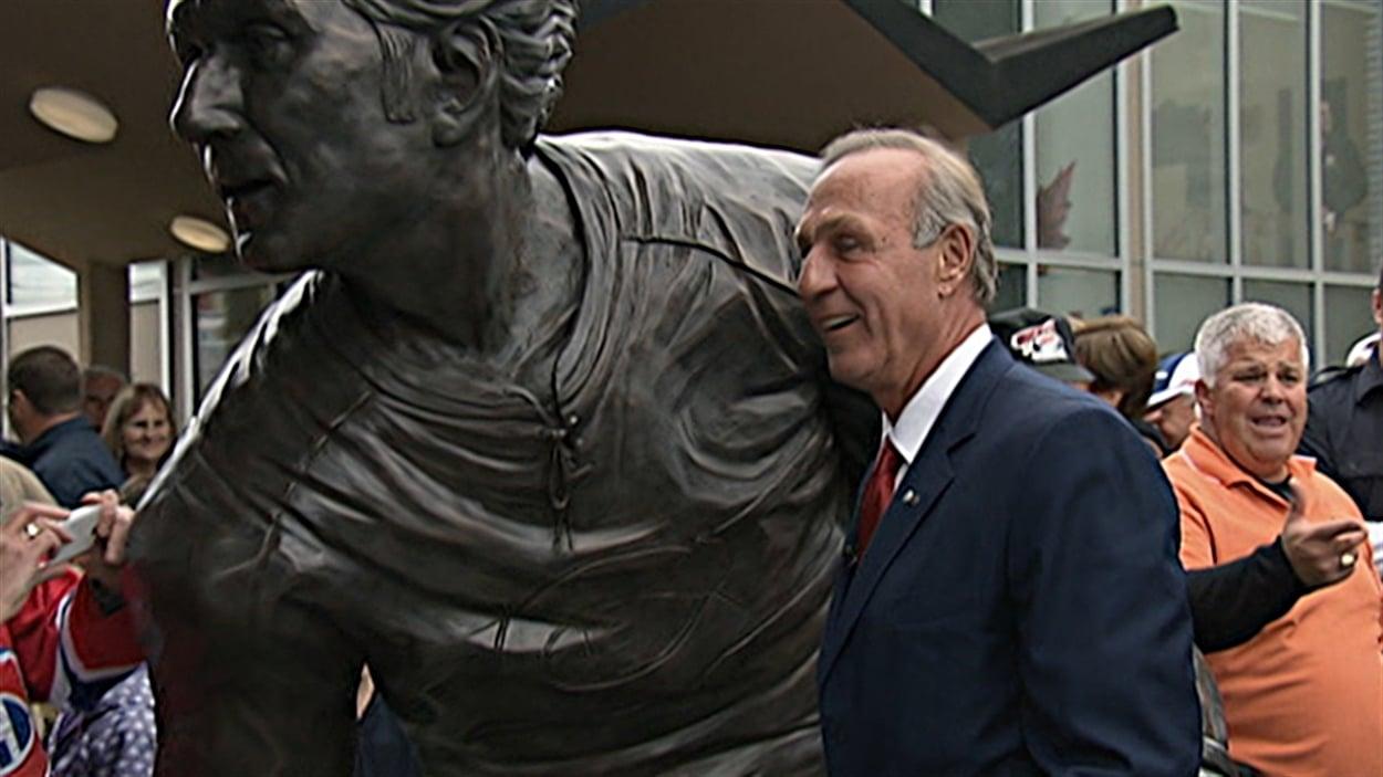 Une statue de bronze de Guy Lafleur a été inauguré à Thurso, sa ville natale.