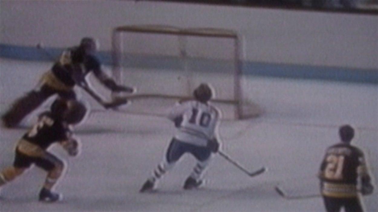 Guy Lafleur marque un but contre les Bruins de Boston