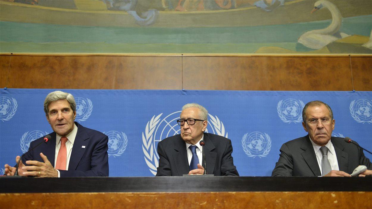 Le secrétaire d'État américain, John Kerry, l'émissaire de l'ONU pour la Syrie, Lakhdar Brahimi et le chef de la diplomatie russe, Sergueï Lavrov, à Genève, le 13 septembre