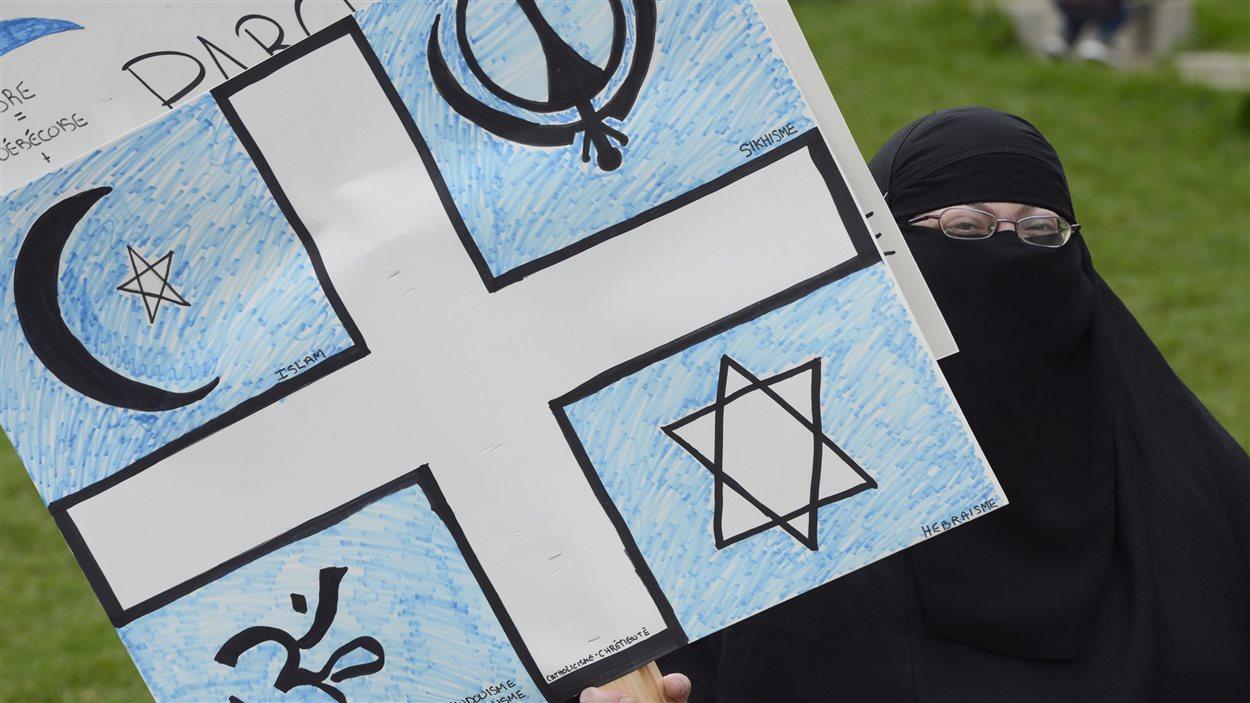 Manifestante contre la charte