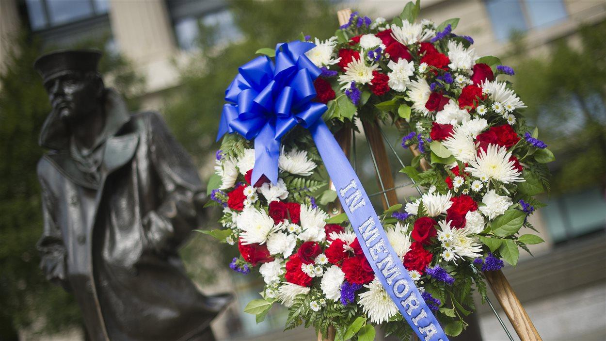 Le ministre de la Défense américain, Chuck Hagel, a déposé une gerbe au mémorial de la Marine pour rendre hommage aux victimes de la fusillade.