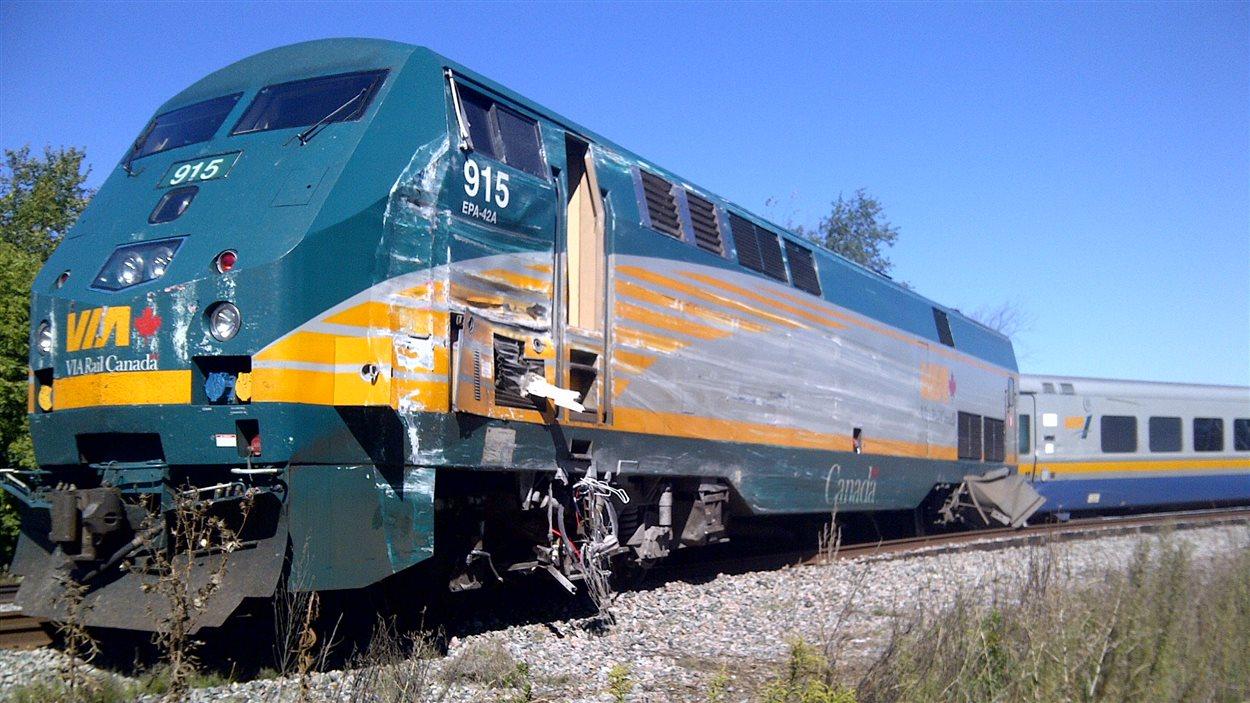 Une vue de côté du train de Via Rail impliqué dans l'accident.