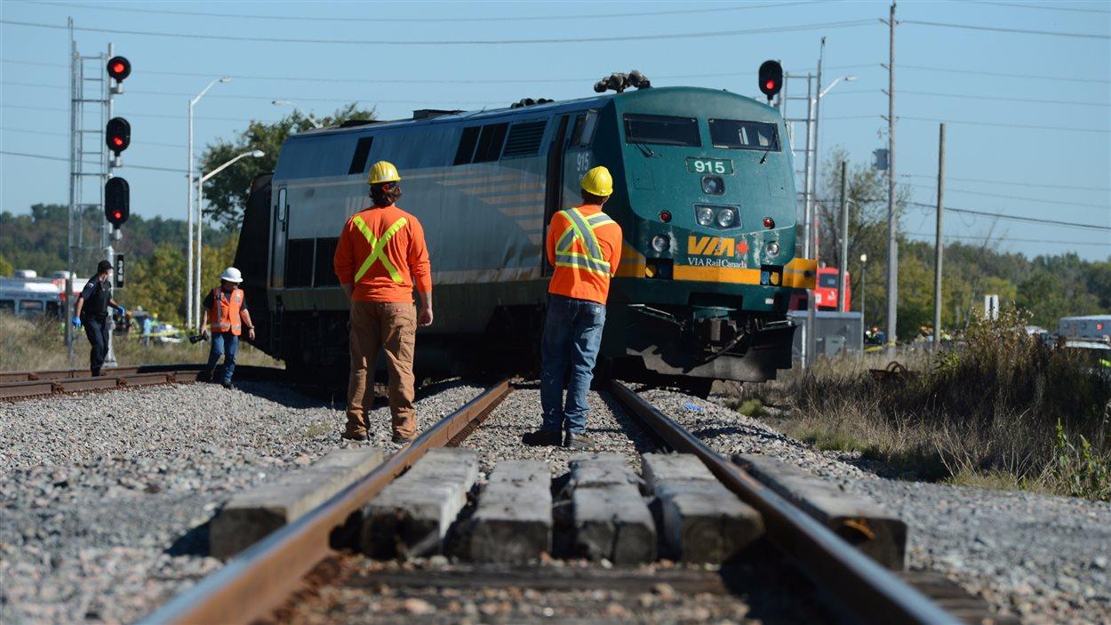 Le train de Via Rail s'est retrouvé en travers des rails à la suite de la collision.
