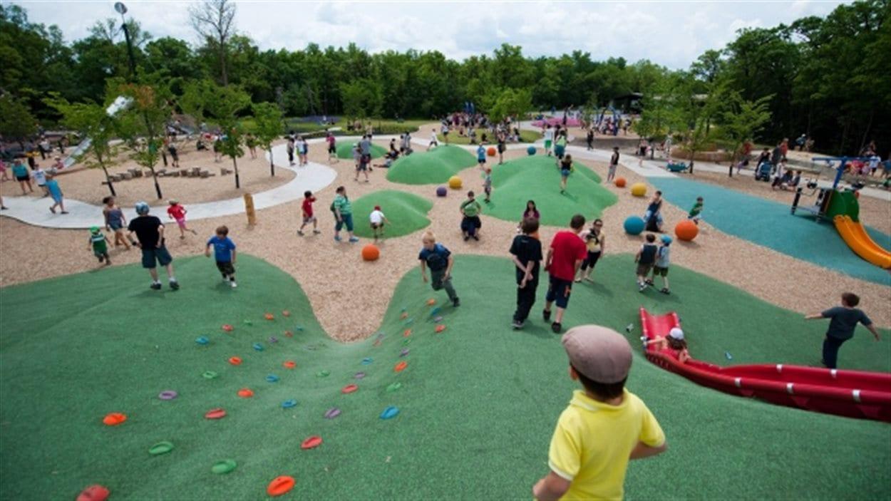 Des enfants s'amusent sur un terrain de jeu.
