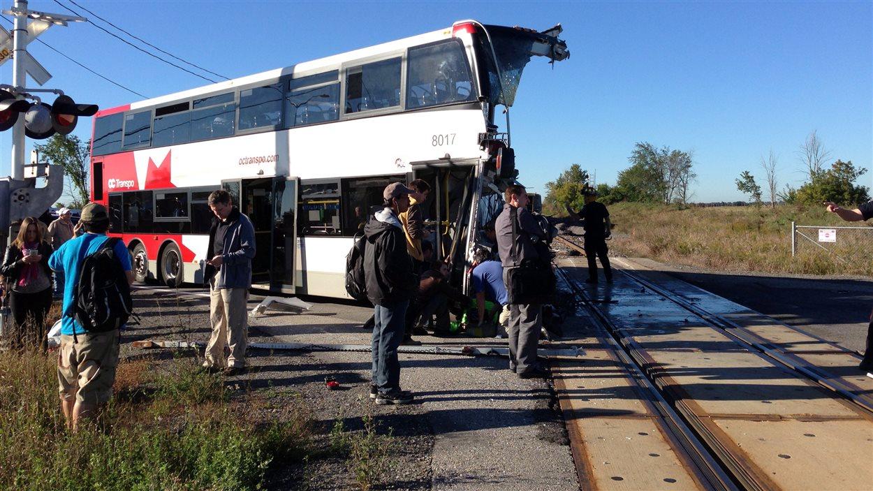 La partie avant de l'autobus a été arrachée par le train de Via Rail.