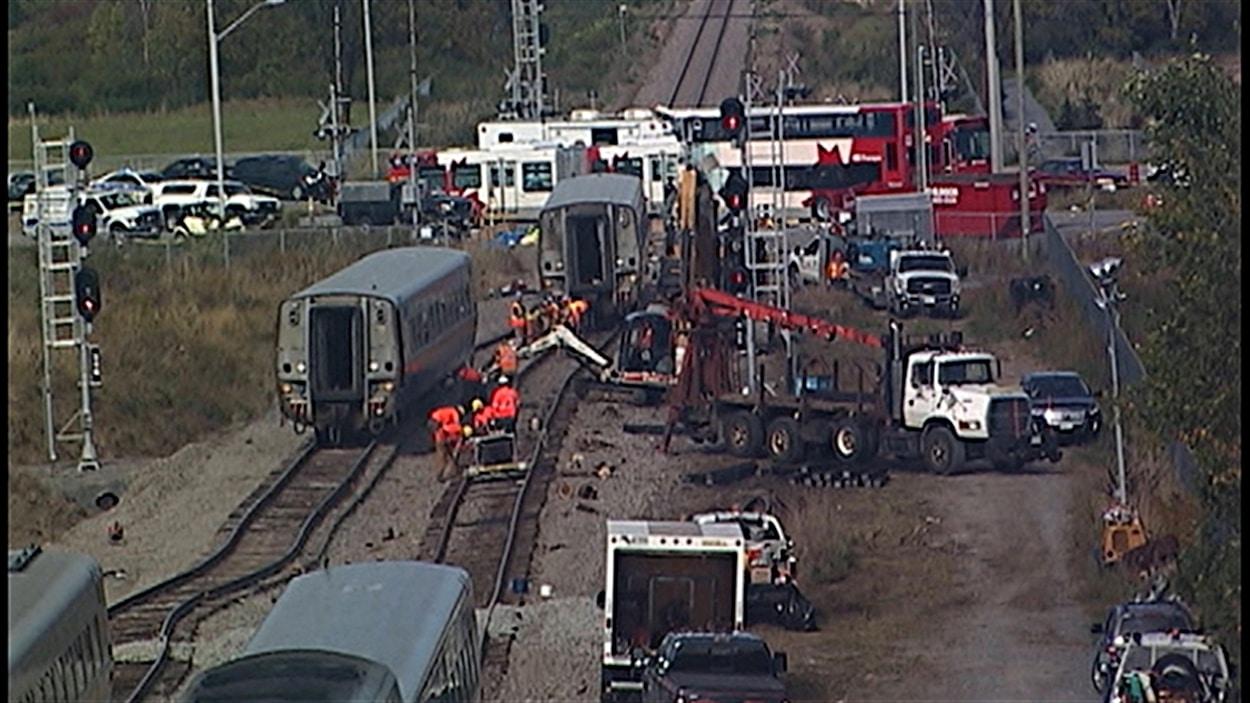 Des enquêteurs du BST continuent d'analyser le lieu de l'accident entre le train et l'autobus, à Ottawa.