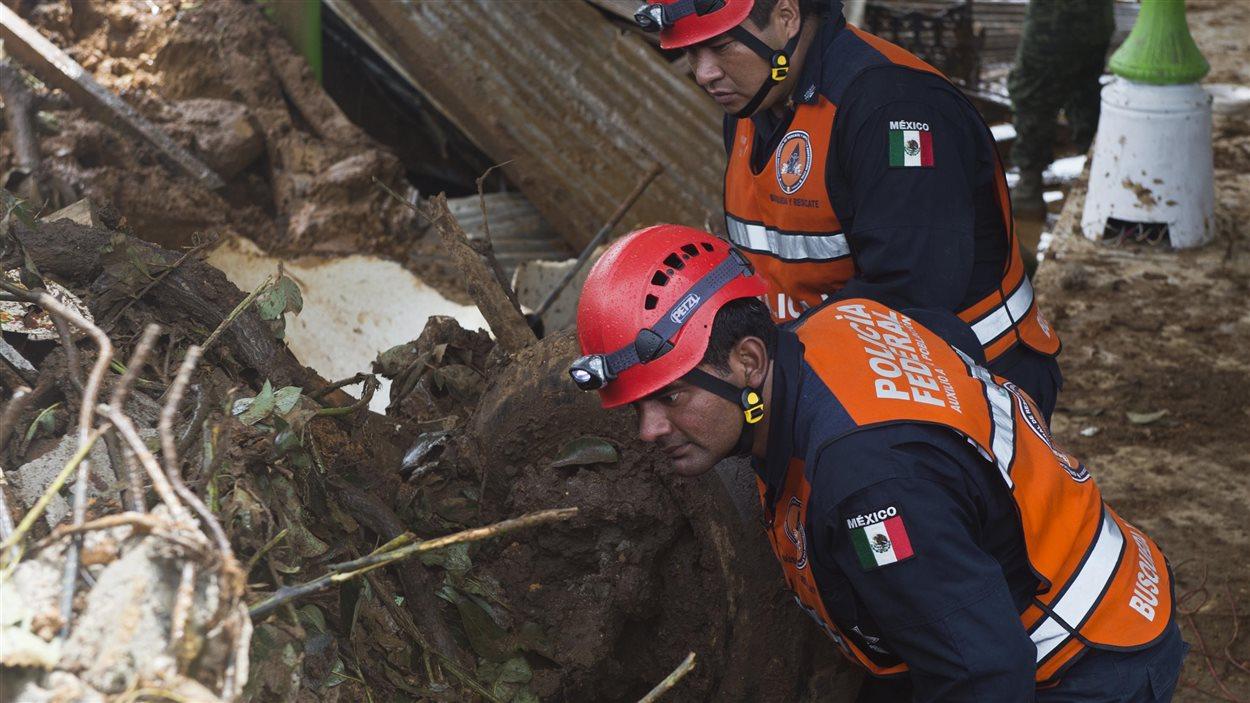 Des policiers à la recherche de corps à La Pintada dans l'État du Guerrero