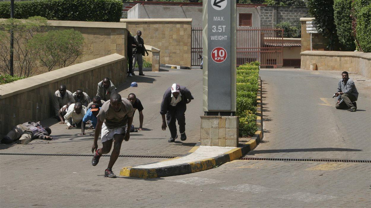Plusieurs personnes sont mortes dans une fusillade dans un centre commercial huppé de Nairobi, Kenya.