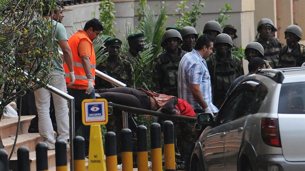 Une femme est transportée hors du centre commercial de Nairobi où s'est produite l'attaque