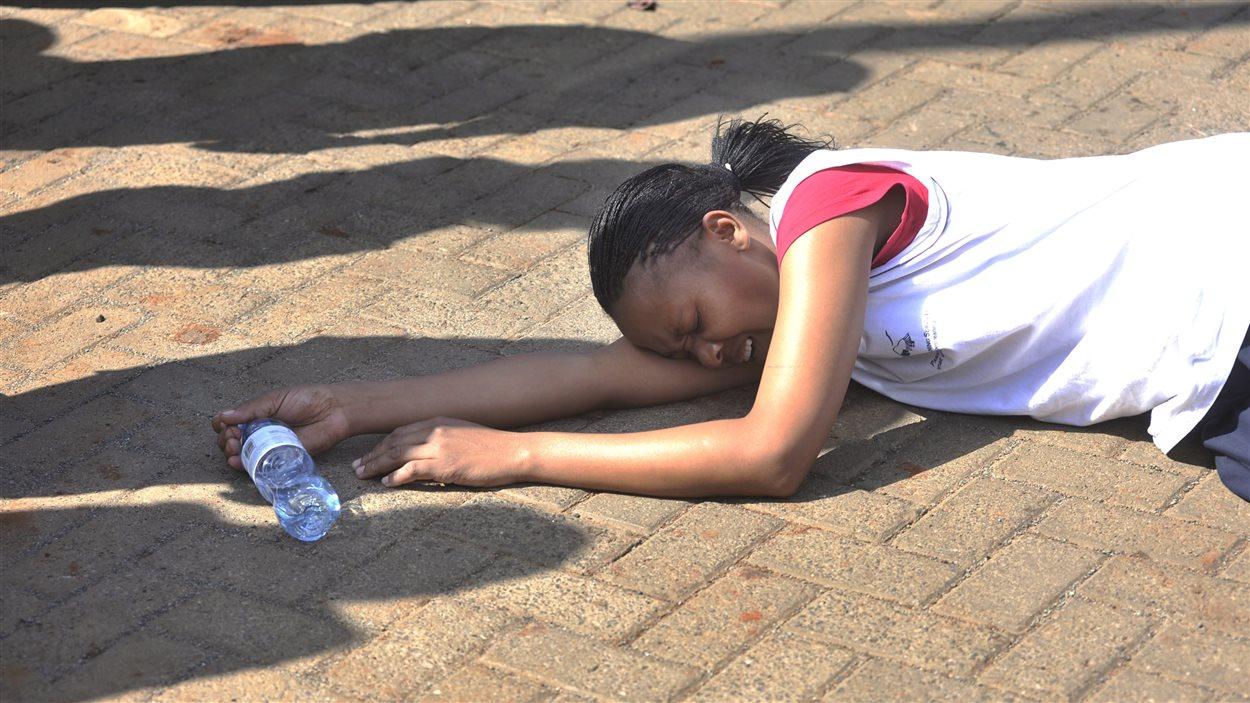 Une femme éclate en sanglots après avoir été secouru par des policiers à la suite de l'attaque d'un centre commercial à Nairobi.