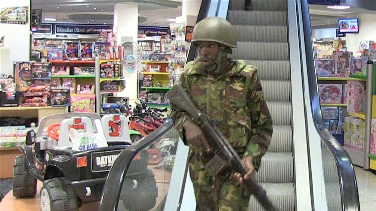 Des forces militaires arrivent en renfort dans le centre commercial de Nairobi.