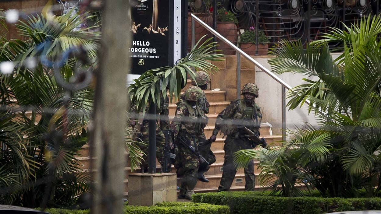 Des soldats kényans transportent un des leurs qui a été blessé.