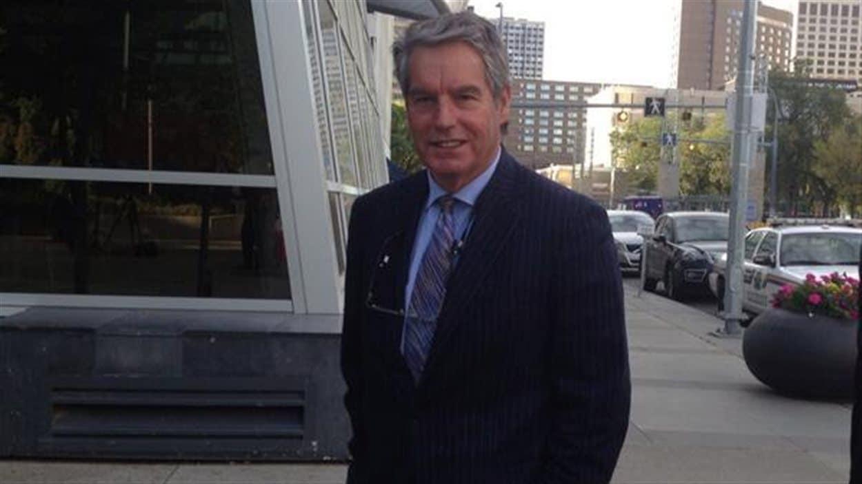 L'avocat d'Omar Khadr, Dennis Edney, pose avant d'entrer au palais de justice d'Edmonton pour la première comparution de son client devant un tribunal canadien, le 23 septembre 2013.
