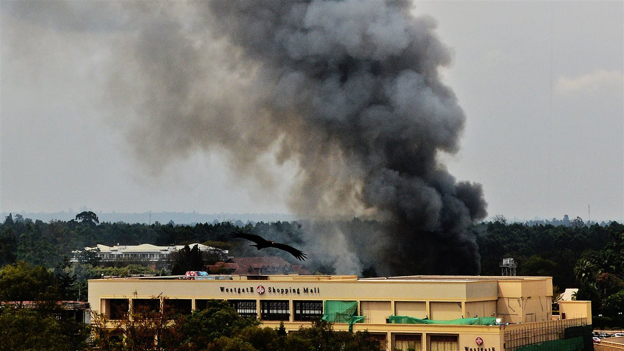 De la fumée s'échappe du centre commercial Westgate, à Nairobi, où l'armée donne l'assaut contre un commando islamiste.
