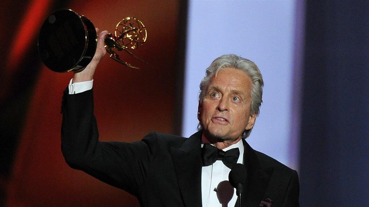 Triomphant, l'acteur Michael Douglas accepte le prix Emmy du meilleur acteur dans une minisérie ou un film.