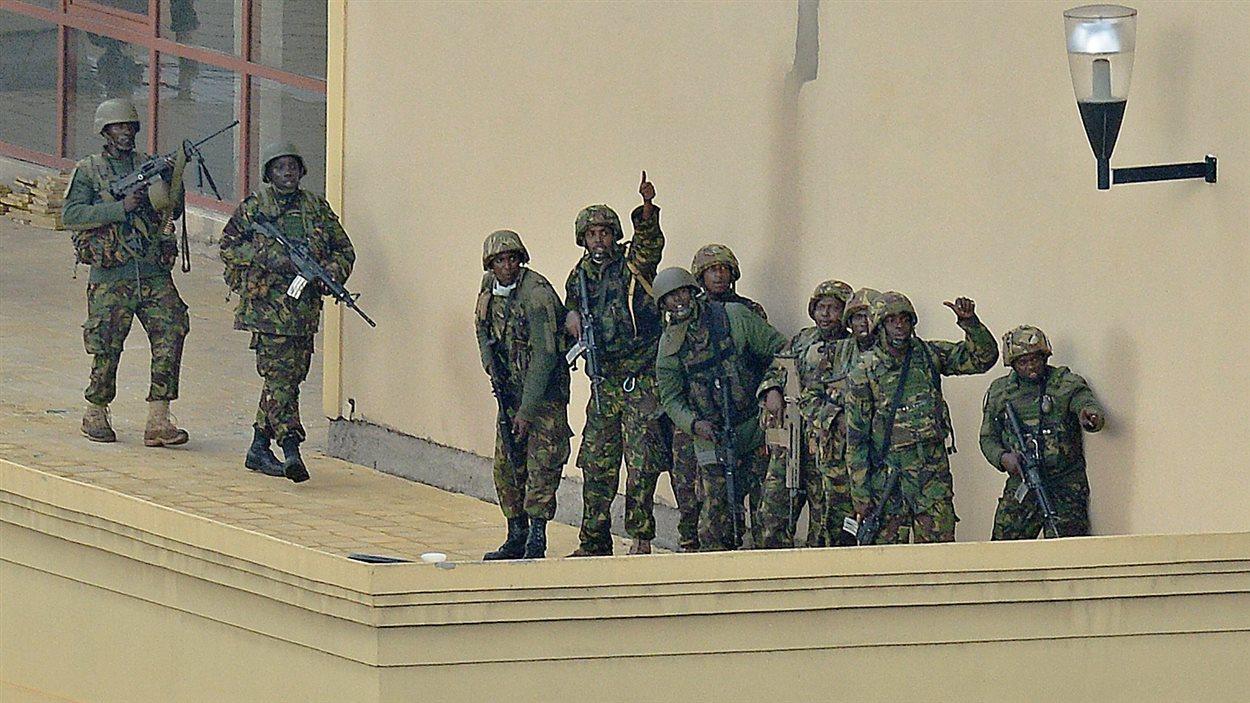Des soldats ratissent le centre commercial au quatrième jour du siège tenu par un commando islamiste.