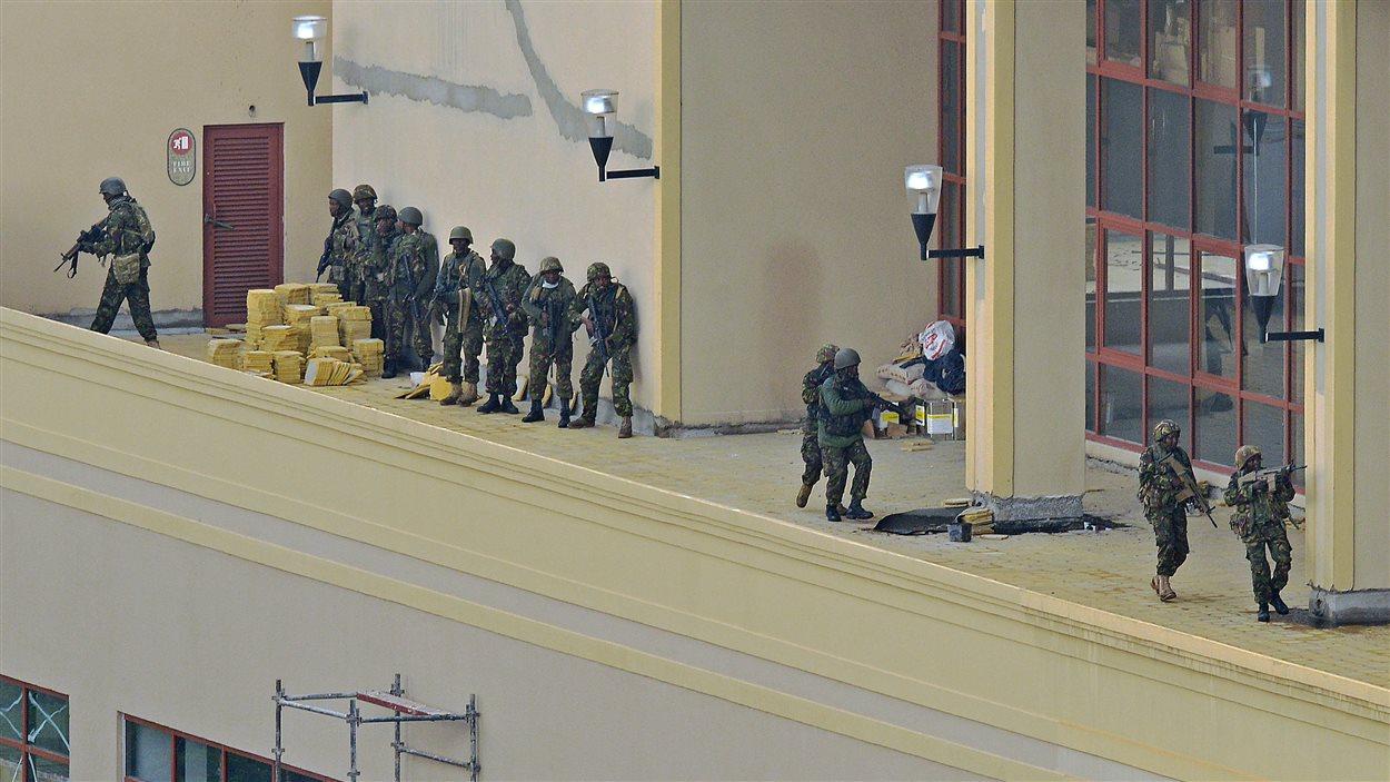 Des soldats kényans ratissent mardi un balcon du centre commercial Wesgate.