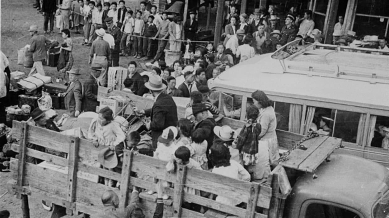 Des Canadiens d'origine japonaise ont été déracinés de leurs maisons le long de la côte du Pacifique pour être déplacés à l'intérieur de la Colombie-Britannique durant la Deuxième Guerre mondiale.