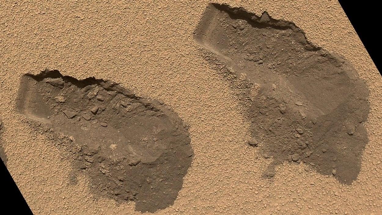 Curiosity a utilisé une petite pelle pour recueillir les échantillons du sol