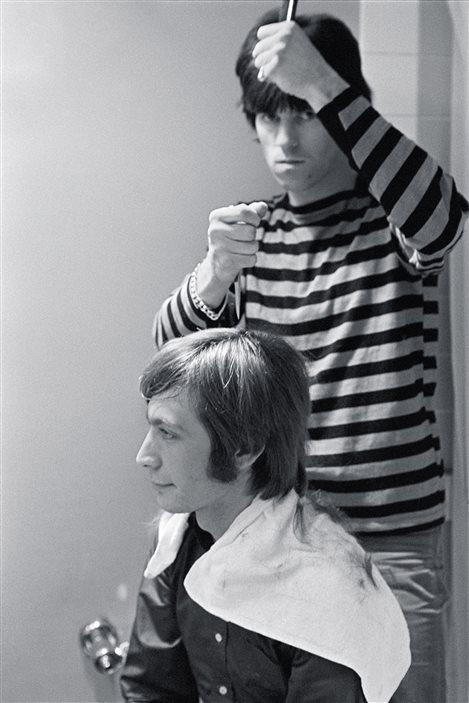 Charlie Watts, à gauche, qui se fait couper les cheveux par Keith Richards, le 11 novembre 1965.
