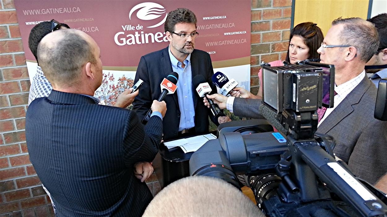 Le chef d'Action Gatineau, Maxime Pedneaud-Jobin, répond aux questions des journalistes.
