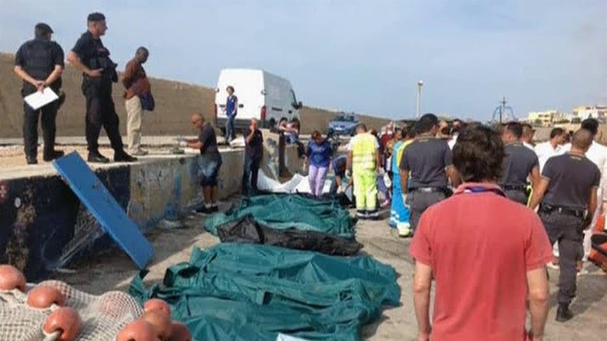 Les corps repêchés ont été alignés sur la plage.