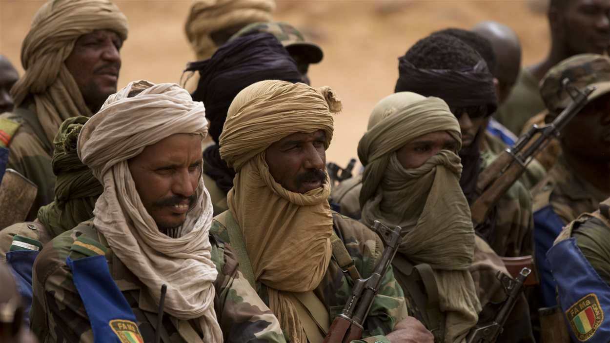 Des soldats touaregs écoutent le commandant de l'armée malienne à Kidal, en juillet 2013.