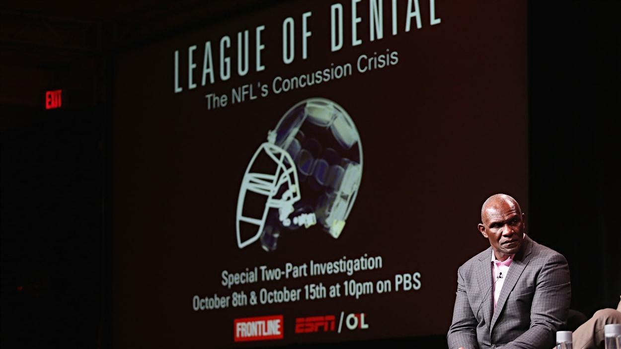 Harry Carson lors d'un panel sur le documentaire League of Denial