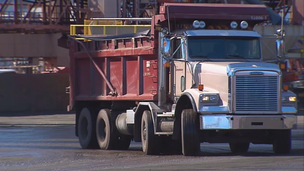 La Ville de Québec octroie tous ses contrats de camionnage aux entrepreneurs qui embauchent des membres de l'Association des camionneurs artisans.