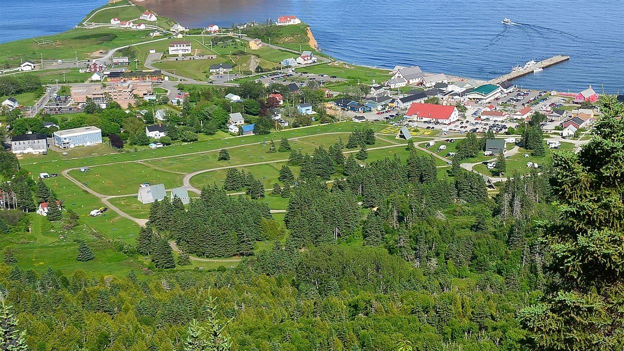 Vue sur le camping Baie-de-Gaspé à Percé rocher coopérative géoparc gaspésie tourisme