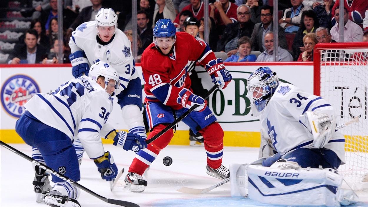 Daniel Brière entouré de joueurs des Maple Leafs de Toronto