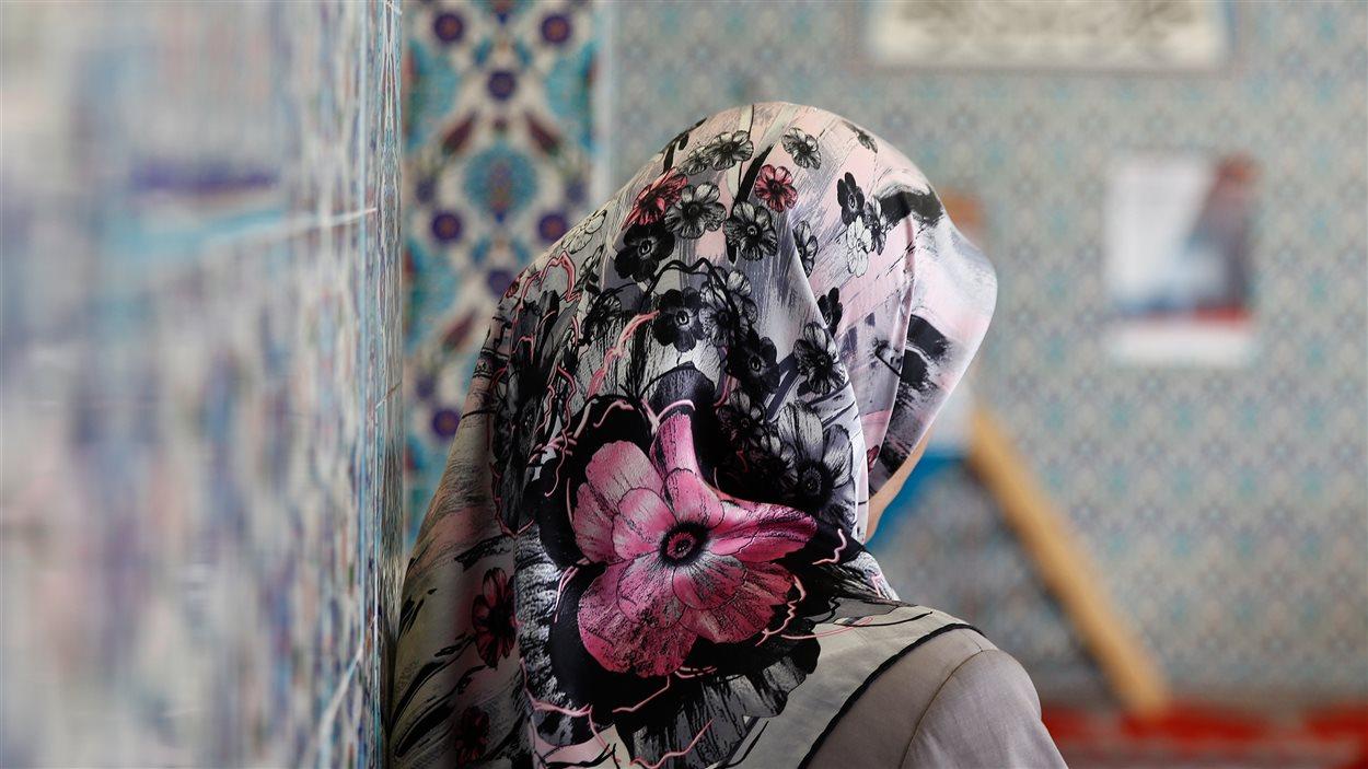 Une femme voilée dans une mosquée de Hambourg, en Allemagne, le 3 octobre 2013